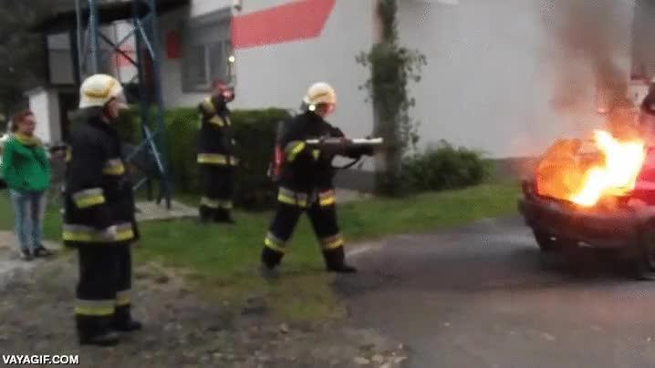 Enlace a Por si ser bombero no era lo suficientemente varonil, ahora tienen escopetas apaga-fuegos