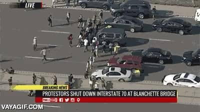Enlace a Este conductor en St. Louis no está dispuesto a que la manifestación le impida llegar a su destino