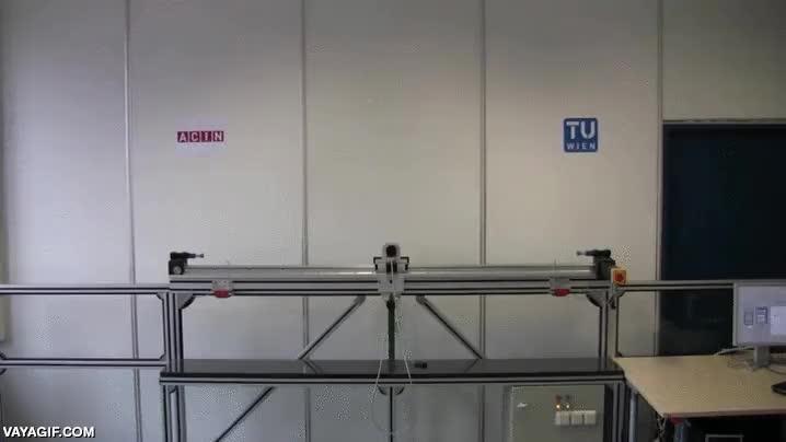 Enlace a Un mecanismo robótico capaz de mantener en equilibrio un péndulo de tres partes