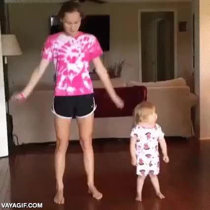 Enlace a Bailando como su hermana mayor