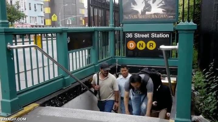 Enlace a Escalón del metro un pelín más bajo de lo normal. Esto es lo que pasa