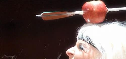 Enlace a Ojo con la abuela. Dispara flechas a una manzana encima de su propia cabeza