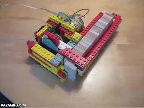 Enlace a Máquina de lego que prepara un circuito de dominos