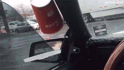 Enlace a Efecto antigravitatorio del subwoofer de un coche sobre un vaso de papel
