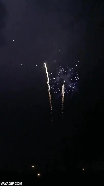 Enlace a Escoge una explosión: natural de un relámpago o fuegos artificiales