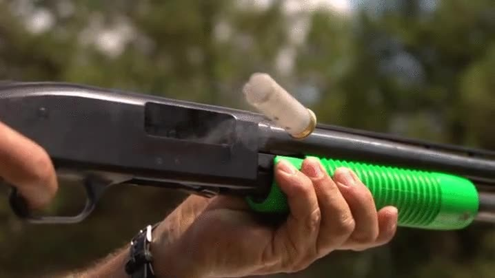 Enlace a Una escopeta cambiando el cartucho en cámara lenta
