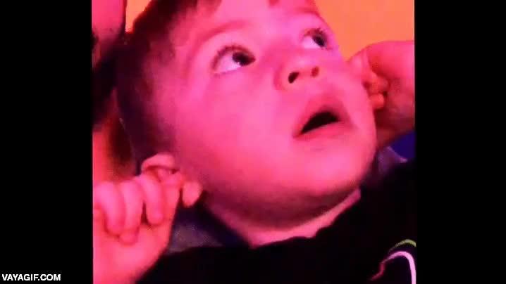 Enlace a Niño alucina viendo fuegos artificiales por primera vez