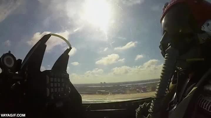 Enlace a Así se ve desde dentro un F-16 despegando y volando casi en verticalidad total