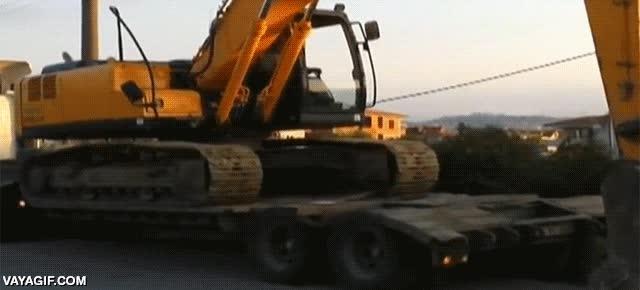 Enlace a Si tu camión se queda sin gasolina, monta una excavadora y fin del problema