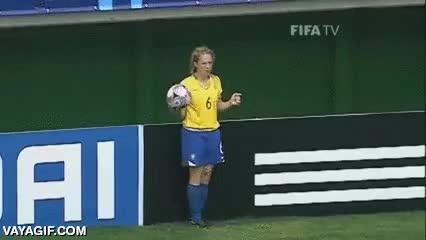 Enlace a Hay que llamar a esta chica para que dé clases de cómo sacar de banda en un partido de fútbol