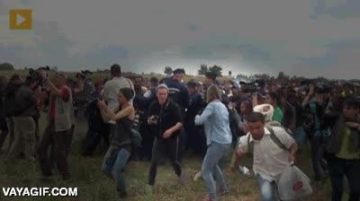 Enlace a ¿Habéis visto la imagen de la reportera húngara haciendo la zancadilla? ¡Pues esperad, hay más!