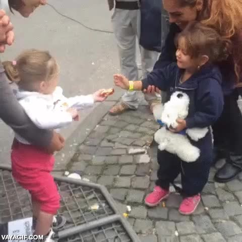 Enlace a Una niña alemana con su madre da la bienvenida a una niña refugiada también con su madre