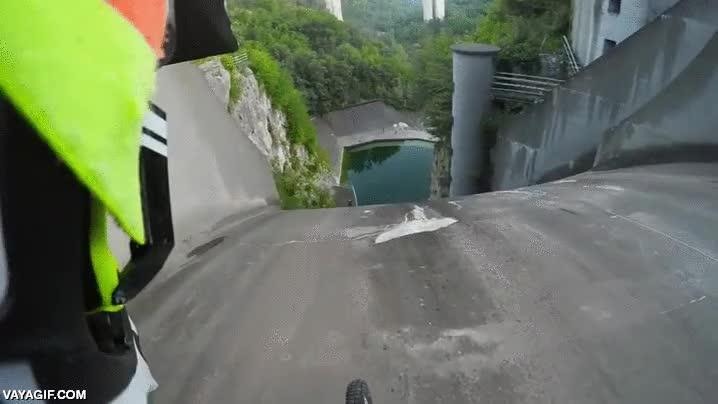 Enlace a Y en la gran idea del día, hoy tenemos: ¡bajar por una presa en mountain bike!