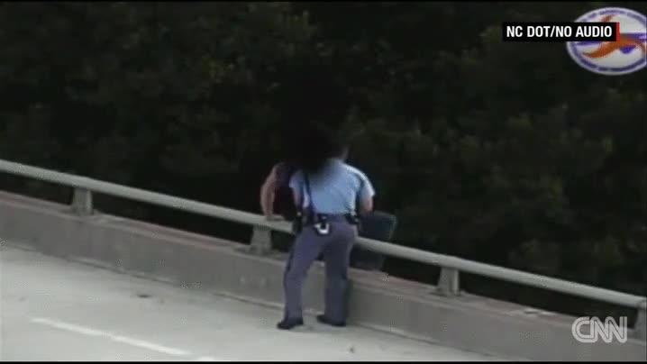 Enlace a Un policía convence a un suicida que no salte del puente