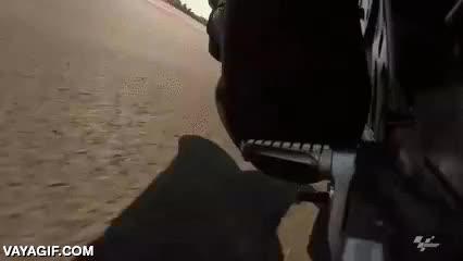 Enlace a Una estribera se desintegra contra el suelo tras un accidente de moto