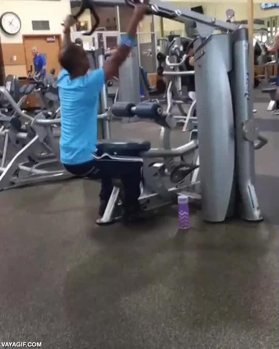 Enlace a Si no sabes cómo se usa en realidad una máquina del gimnasio, improvisa