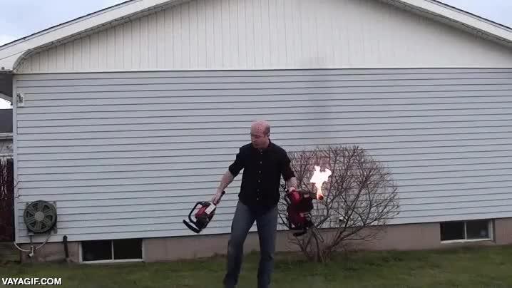 Enlace a Porque hacer malabares con motosierras en marcha no era suficiente peligro