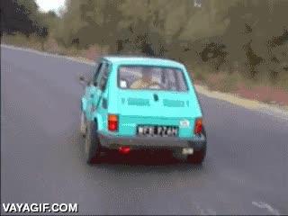 Enlace a ¿Pero qué hace ese coche a toda velocidad marcha atrás por la carretera? No, espera...