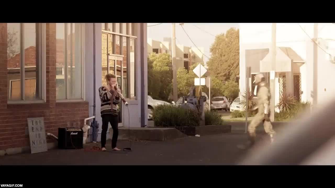 Enlace a La única reacción aceptable si te encuentras a un tío en la calle tocando el didgeridoo eléctrico