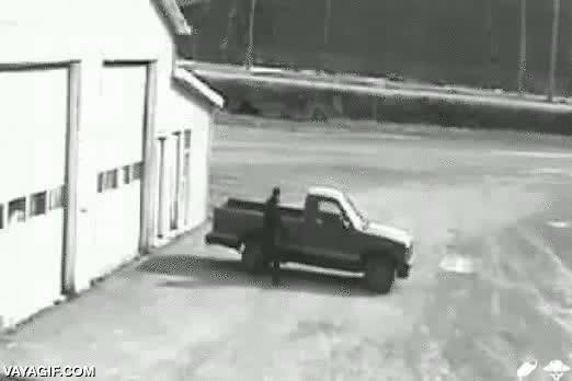 Enlace a Fail de la semana: robar un coche, ver que es de marchas manuales, no saber conducirlo, huir a pata
