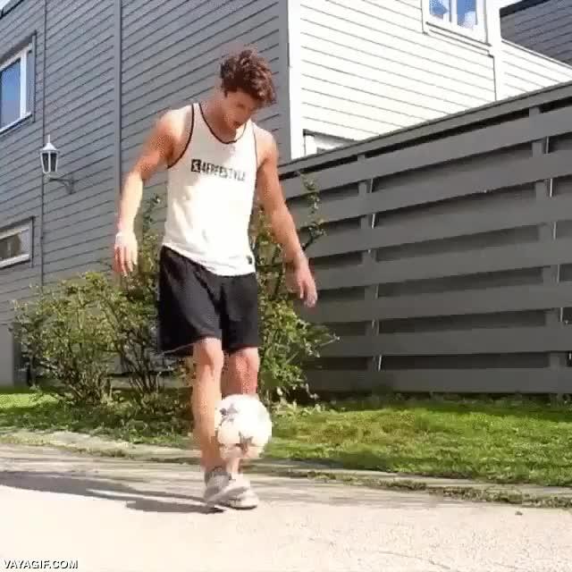 Enlace a Creo que este chaval se ha pasado el juego de dar toques al balón sin que caiga