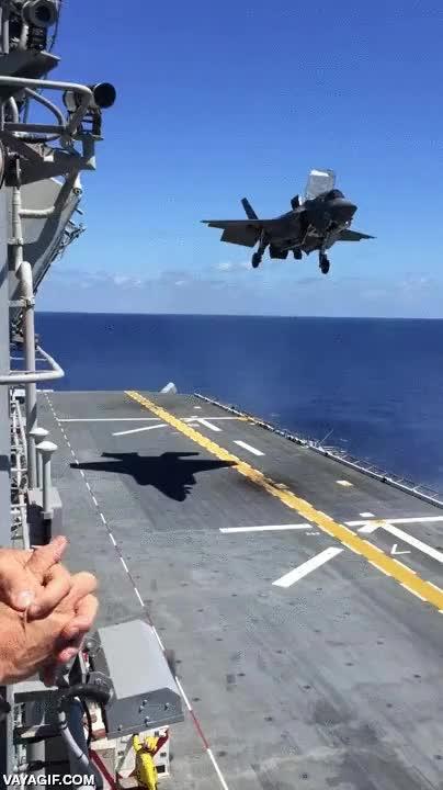 Enlace a Un F-35B aterrizando verticalmente con la máxima suavidad posible en el USS Wasp