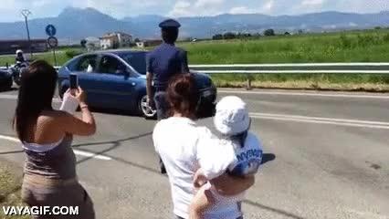 Enlace a El Papa Francisco se baja del coche para saludar y bendecir a un niño discapacitado