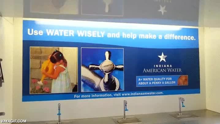 Enlace a En el letrero pone: ''Usad el agua sabiamente y marcad la diferencia'', dando buen ejemplo