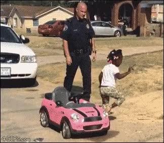 Enlace a Espero que esto sea una especie de parodia de la policía en USA, si no es la cosa más triste