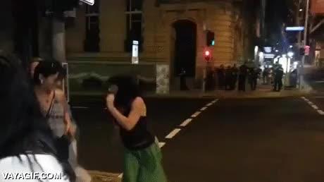Enlace a Así de enrollada es la policía australiana patrullando las calles llenas de gente de fiesta