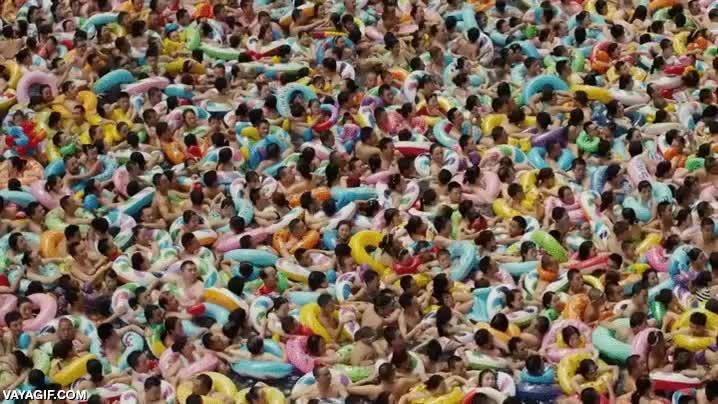 Enlace a Es como ''¿Dónde está Wally?'' pero en una piscina de China