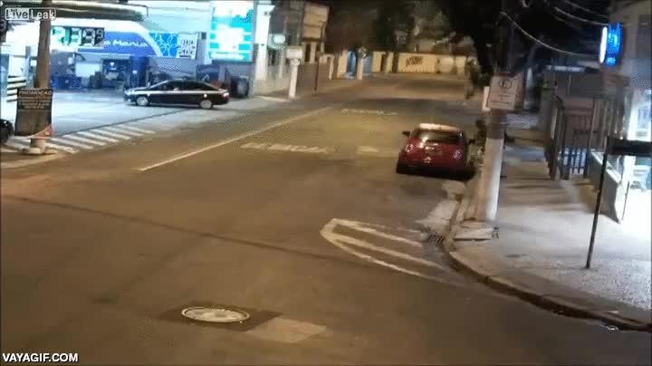Enlace a Lo que puede provocar un accidente de tráfico cuando se lleva por delante un poste de luz