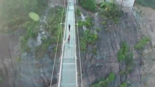 Enlace a ¿Te atreverías a cruzar este puente colgante con suelo de cristal de más de 180 metros?
