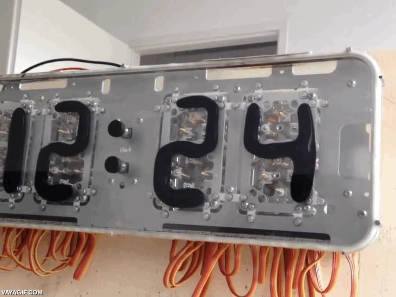 Enlace a Un reloj digital hecho a base de imanes y ferrofluidos, menuda pasada