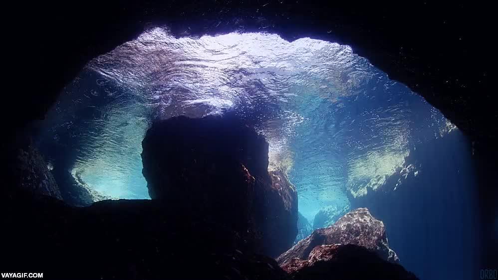 Enlace a Así se ve esta preciosa cueva submarina desde dentro del agua