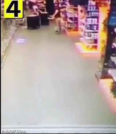 Enlace a Un trabajador detiene a un ladrón en una tienda holandesa a lo Oliver y Benji