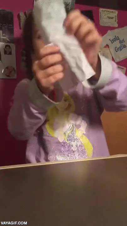 Enlace a Esta adorable niñita ha aprendido un truco de magia muy adorable también