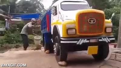 Enlace a Este hombre tiene una curiosa forma de limpiar su camión... Espera un momento...