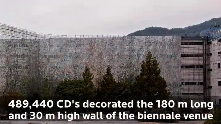 Enlace a Un edificio antiguo decora cubriendo toda su fachada con unos 500.000 CDs