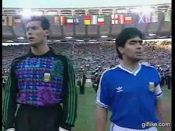 Enlace a Maradona cantando otra letra del himno nacional
