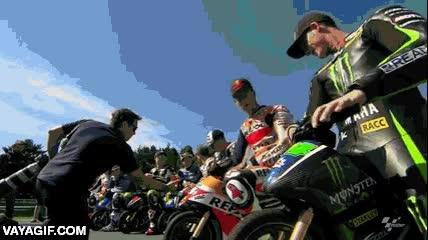Enlace a Crees haberlo visto todo en MotoGP hasta que los pilotos se retan a una carrera de pocket bikes