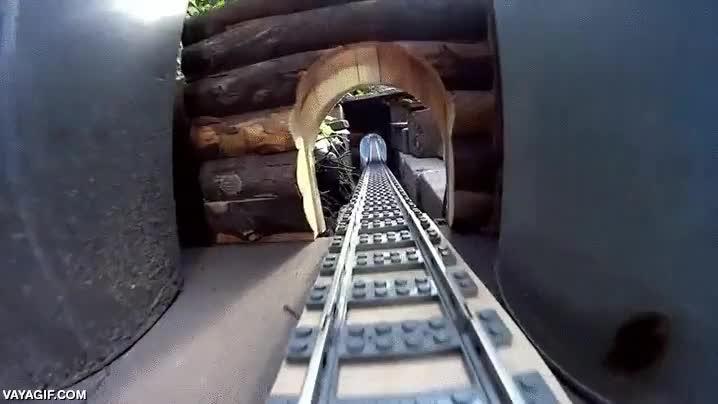 Enlace a Un tren de LEGO con un túnel subacuático, menuda maravilla