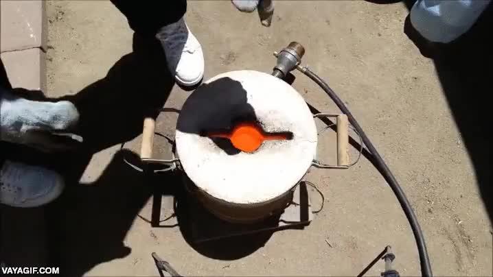 Enlace a ¿Qué pasa si viertes cobre fundido sobre un bloque de hielo?