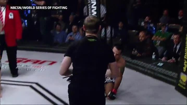 Enlace a ¿Pero qué hace ese espontáneo saltando al ring y atacando al luchador?