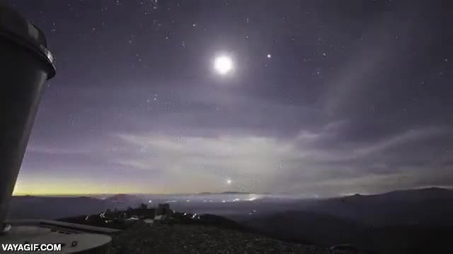 Enlace a La Tierra rotando mientras un mar de nubes cubre el cielo nocturno