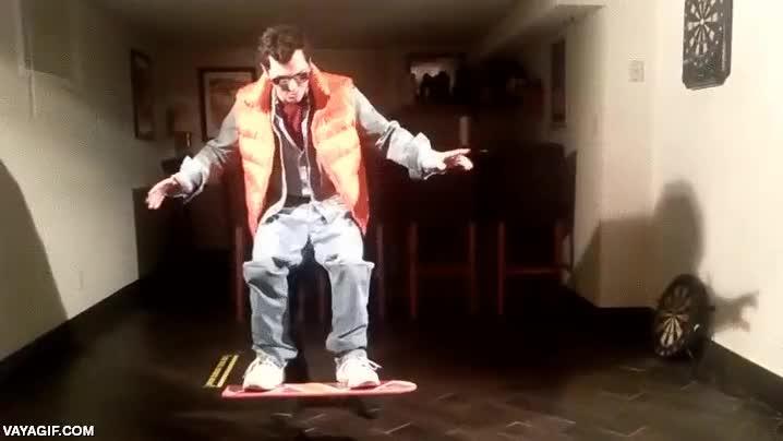 Enlace a El mejor disfraz de Halloween para este año, Marty McFly encima de su monopatín flotante