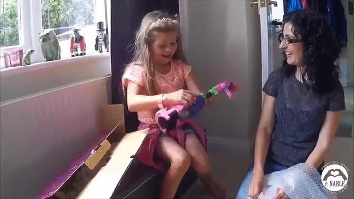 Enlace a Esta niña de ocho años, que perdió un brazo, recibe una prótesis impresa en 3D