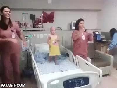 Enlace a Porque esta pequeña princesa se merece todo este cariño de sus enfermeras y más