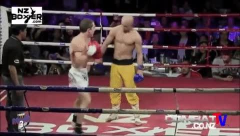 Enlace a Un monje shaolin recibiendo golpes de un marine de USA como si tal cosa