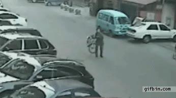 Enlace a Unos ladrones en moto se encuentran con el justiciero de la ciudad, ¡Bicicletaman!